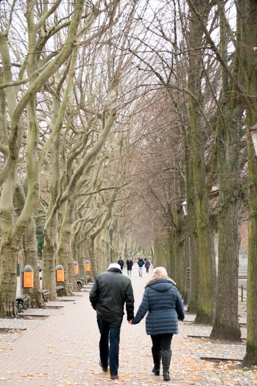 Spaziergang an der Greenwichpromenade im Winter