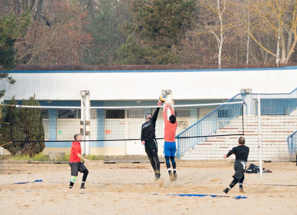 Strandbad Müggelsee - Männer spielen Beachvolleyball
