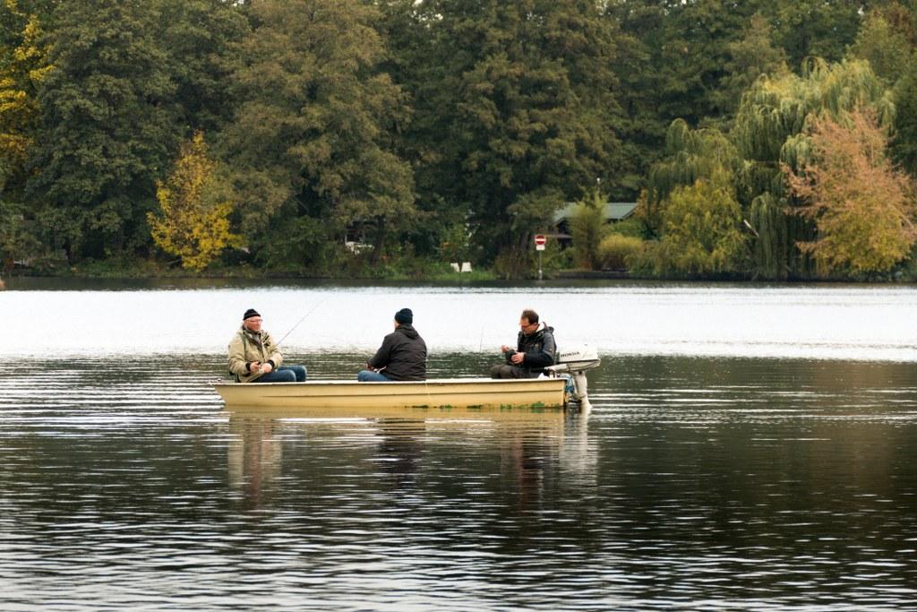 Kleiner-Mueggelsee-Angler-auf-einem-Boot