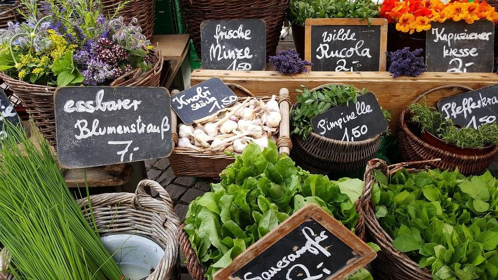 Gemüse und Kräuter auf dem Markt
